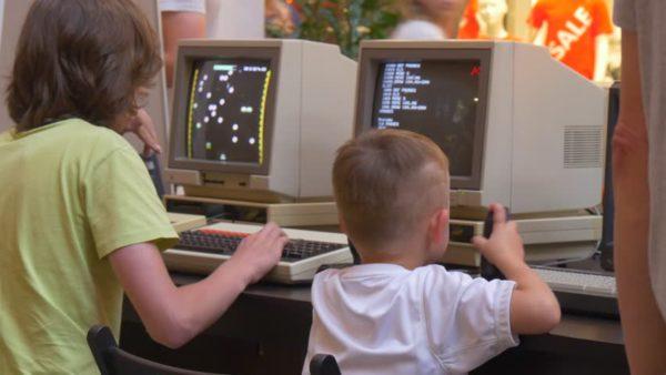 Crianças em computadores antigos