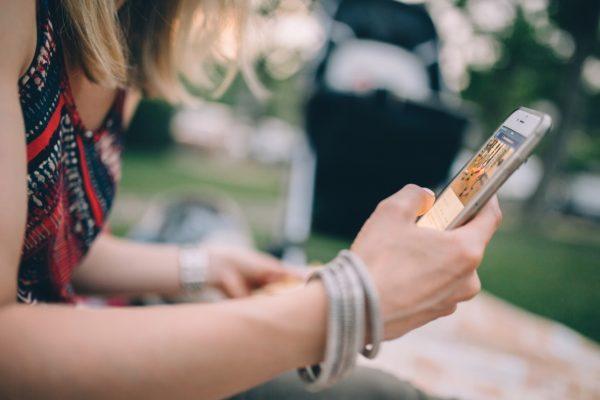 Garota usando smartphone